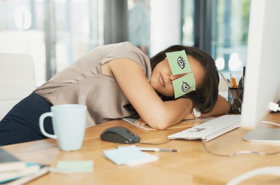 Denní únava a usínání je zcela běžným důsledkem poruch spánku, zdroj: biokplus.com