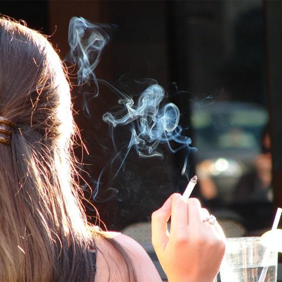 Ako nesmrdět po dyme? (5 Tipov, ako sa zbaviť zápachu Marihuany)